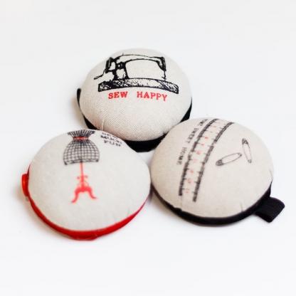 Sélection Coup de coudre - Bracelet Pelote à Epingles Imprimé Sew Happy