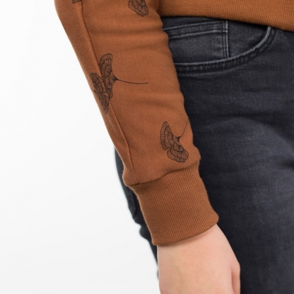 See You at Six - Tissu Jersey Sweat Léger de Coton Imprimé Feuille de Ginkgo sur le Fond Caramel Café