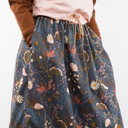 """See You at Six - Tissu Sergé Gabardine de Coton Imprimé Fleurs """"Flower Field"""" sur le Fond Bleu Nuit"""