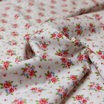 """Poppy - Tissu Popeline de Coton Imprimé Fleurs """"Delightful Roses"""" sur le Fond Blanc"""