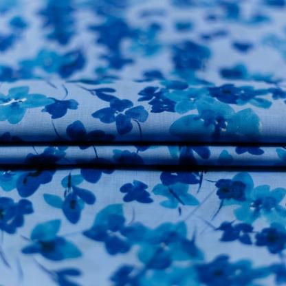C. Pauli - Tissu Voile de Coton Bio Imprimé Fleurs de Violette sur le Fond Bleu Clair