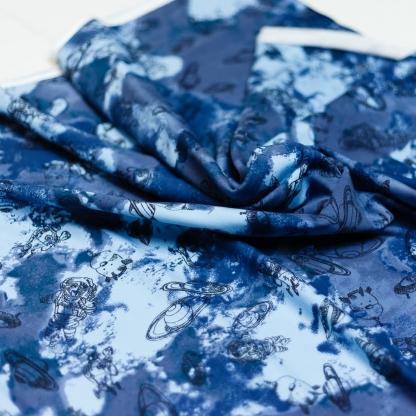 """Poppy - Tissu Jersey de Coton Molletonné Imprimé Astronautes """"Space Adventure"""" sur le Fond Tie & Dye Bleu"""