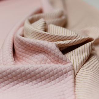 Sélection Coup de coudre - Tissu Jersey Molletonné Matelassé Double Face à Rayures Or sur le Fond Rose Bébé