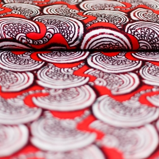 Sélection Coup de coudre - Tissu Satin de Viscose Imprimé Motif Ethnique Blanc et Noir sur le Fond Rouge