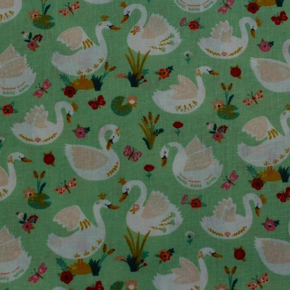 "Poppy - Tissu Popeline de Coton Imprimé Cygnes ""Beautiful Swan"" sur le Fond Vert Herbe"