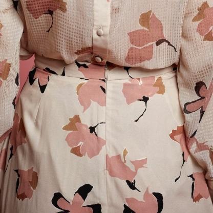 La Maison Victor - Tissu Crêpe de Polyester à Motif Gros Fleurs sur le Fond Beige Clair