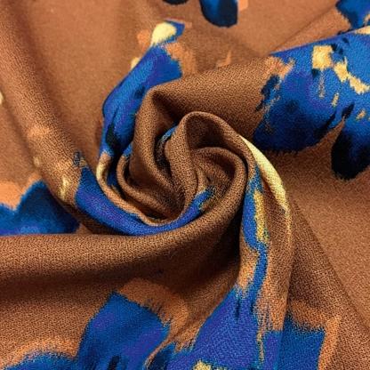 La Maison Victor - Tissu Crêpe de Viscose Imprimé Fleurs Bleus sur le Fond Caramel