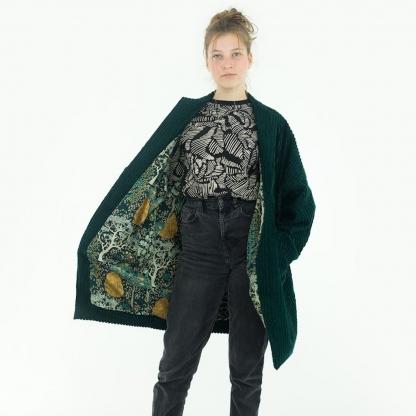 See You at Six - Tissu Jersey Sweat Léger de Coton Imprimé Fleurs « Winter Rose » sur le Fond Noir