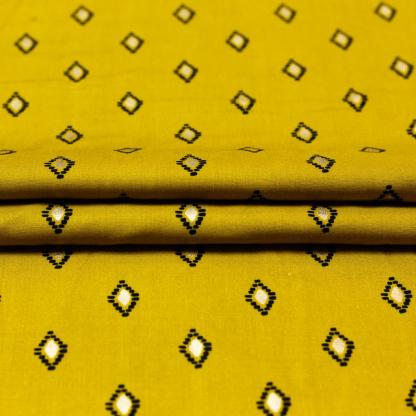 Sélection Coup de coudre - Tissu Challis de Viscose Imprimé Losanges Noirs et Dorés sur le Fond Jaune Moutarde