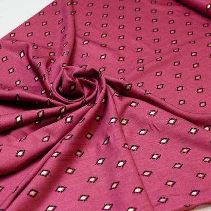 Sélection Coup de coudre - Tissu Challis de Viscose Imprimé Losanges Noirs et Dorés sur le Fond Rose Framboise