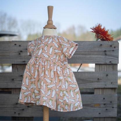 Eva Mouton - Tissu Popeline de Coton Bio Imprime Imprimé Petits Cacatoès sur le Fond Rose Clair