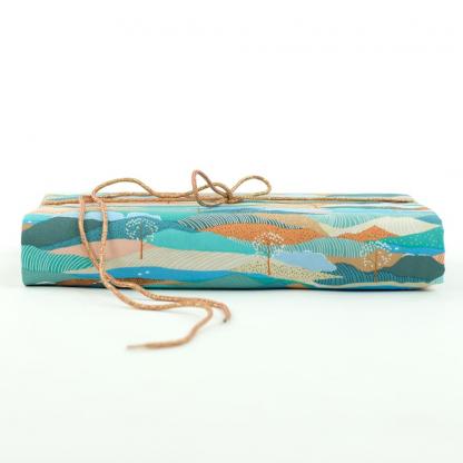 """See You at Six - Tissu Sergé Gabardine de Coton Imprimé Arbres """"Landscape"""" sur le Fond Bleu Pastel"""
