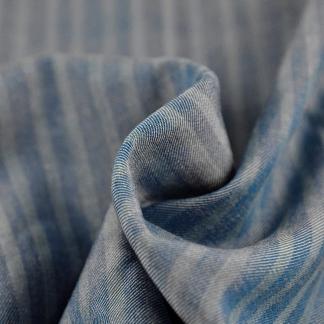 La Maison Victor - Tissu Sergé de Lyocell aux Rayures Fines sur le Fond Bleu Jean