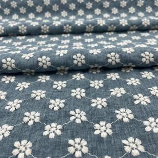 Sélection Coup de coudre - Tissu Chambray de Coton Brodé Fleurs Blanches sur le Fond Bleu Denim