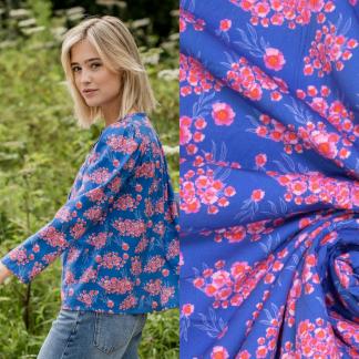Fibre Mood - Tissu Popeline de Coton et Viscose Imprimé Fleurs Roses sur le Fond Bleu Elecrtique
